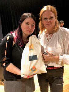 Alena s hosťkou Katkou a s voňavým chlebíkom vo vlastnoručne dotvorenom vrecku.